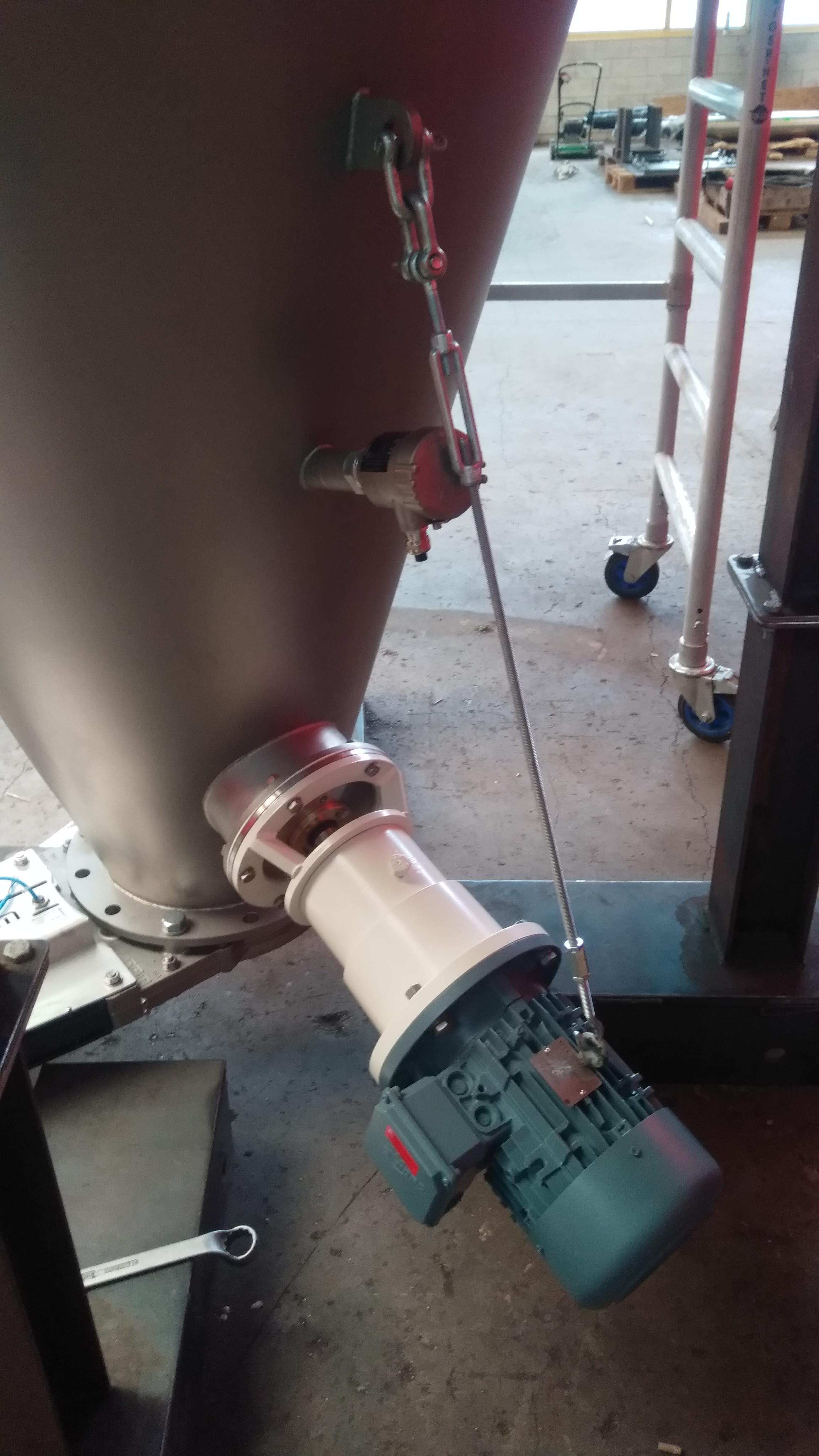 Lump breaker industrial mixer