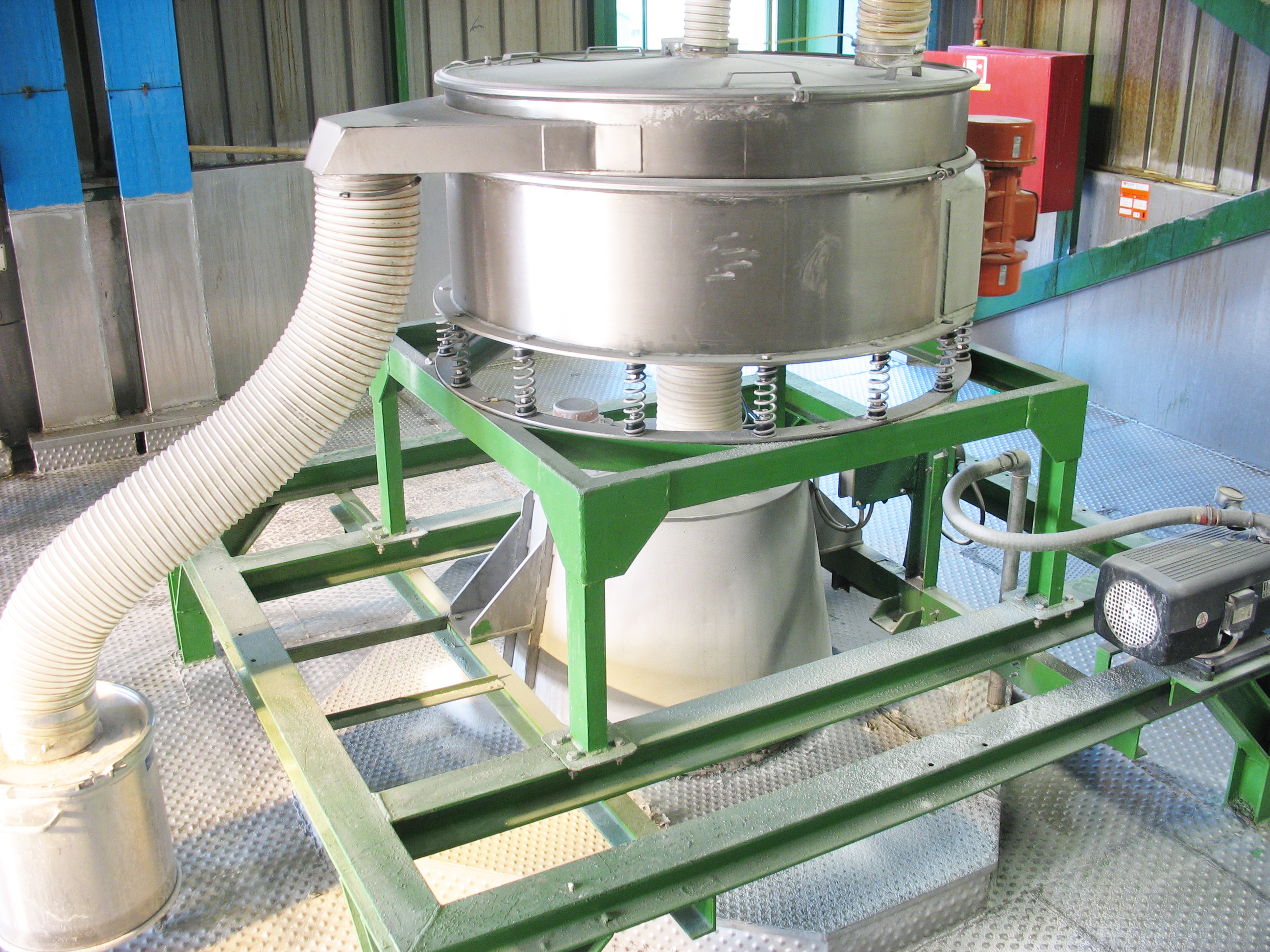 Sieving vibrating machine for solids
